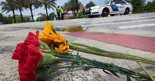 ORL05. Orlando (United States), 12/06/2016.- A bouquet of flowers is seen in front of the Orlando Health Center where some of the victims of the shooting at Pulse nightclub, are being cured in Orlando, Florida, USA, 12 June 2016. At least 50 people were killed and many others injured in a shooting attack at an LGBT club in the early hours of 12 June, according to media reports. The shooter was killed in the police operation that followed. (Atentado, Estados Unidos) EFE/EPA/CRISTOBAL HERRERA